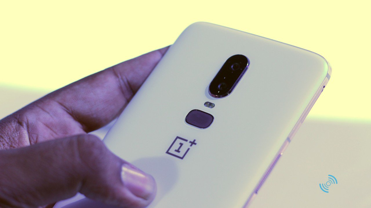 OnePlus 6 Silk White Hands 15