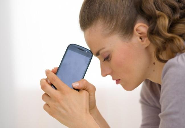 telefon v rukah devushki