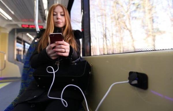 zarjadka telefona v transporte