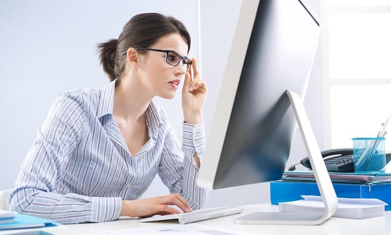 Fille à l'ordinateur