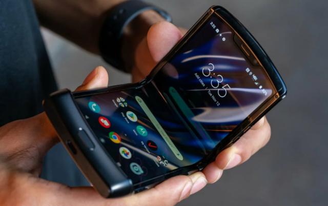 Smartphone cassé en mains