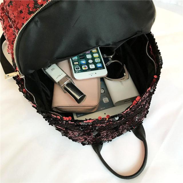 Смартфон в женской сумке