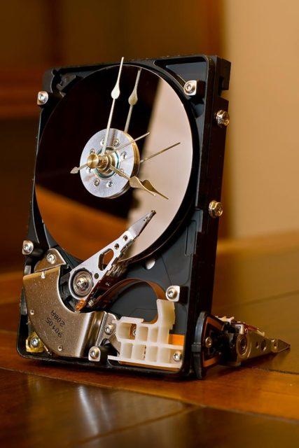 Настольные часы из жестких дисков