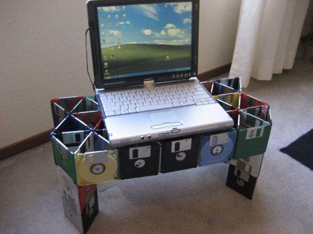 Компьютер на самодельном столике из дисков