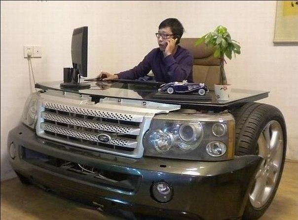 Руководитель за столом из автомобильного бампера
