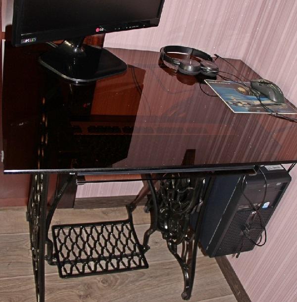 Компьютерный столик из швейной машинки