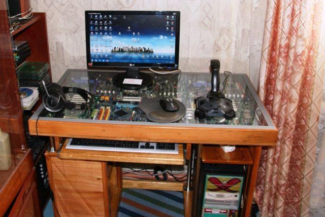 Компьютерный столик из материнских плат