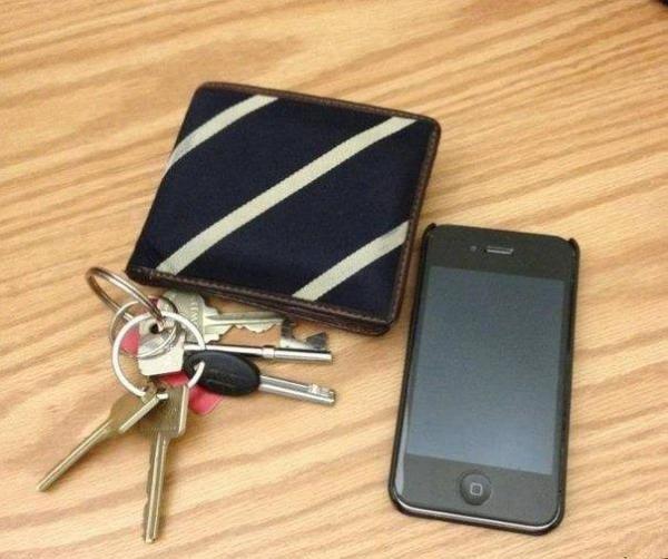 Ключи, кошелек и смартфон