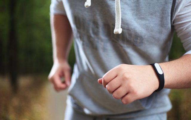 Фитнес-трекер на руке