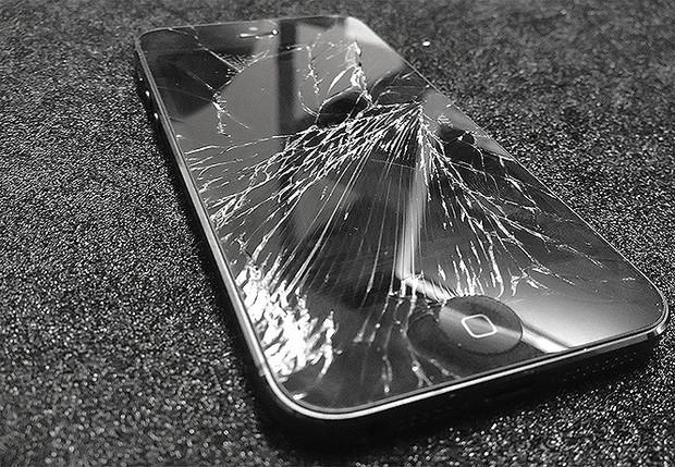 Смартфон с разбитым дисплеем