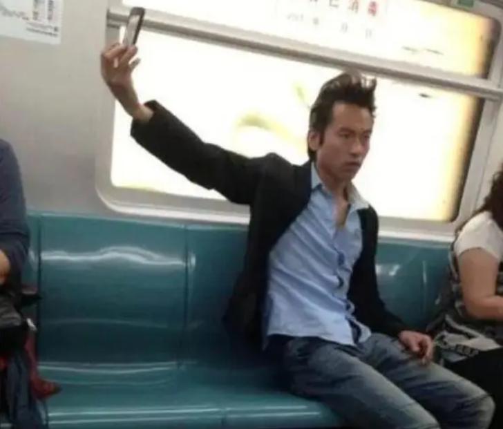 Парень фотографирует свою прическу