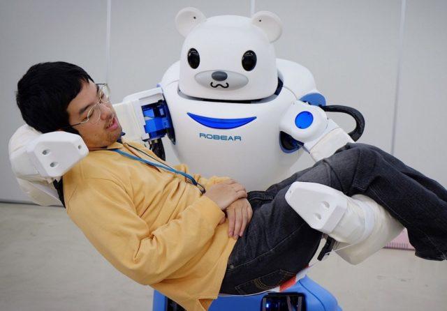 जापानी रोबोट मानव को ले जाता है