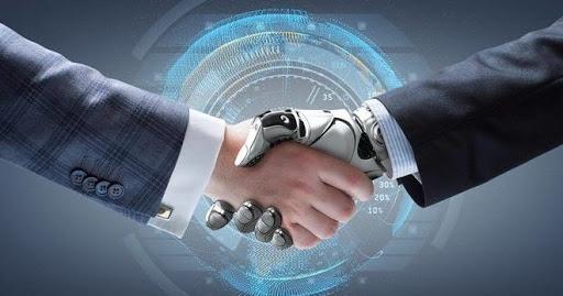 Робот жмет руку человеку