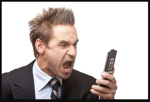 Мужчина кричит на телефон