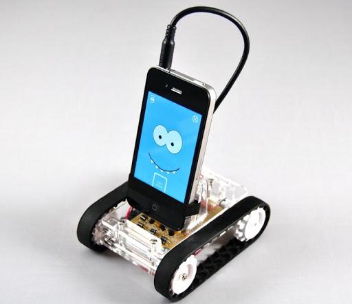 Смартфон на зарядной подставке