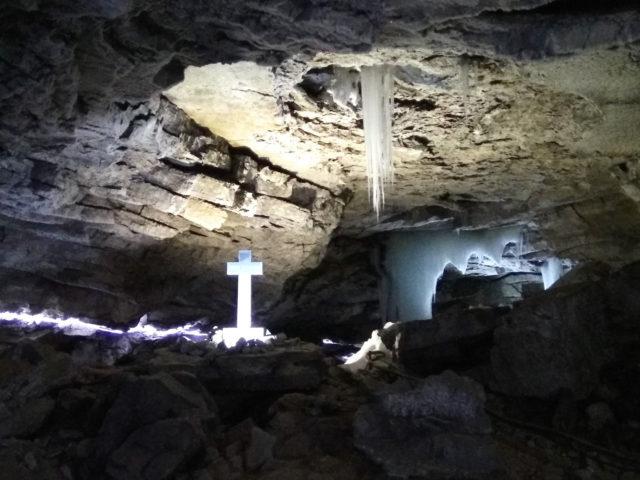 Крест в пещере