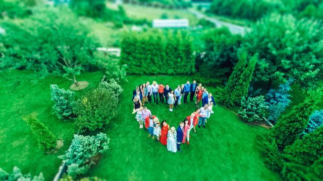 Люди на поляне выстроились в форме сердца