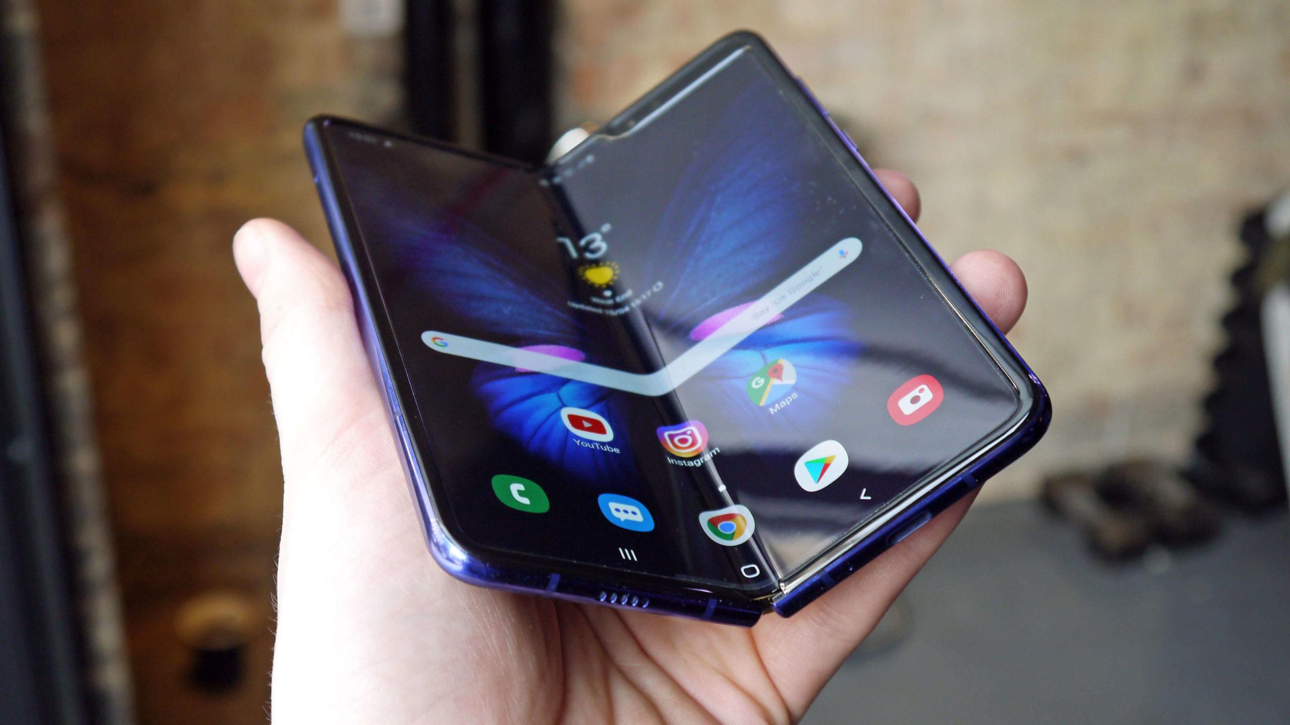 Складной смартфон в руках