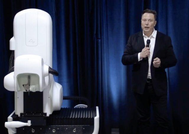 Илон Маск с микрофоном