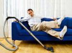 Ленивый мужчина и пылесос