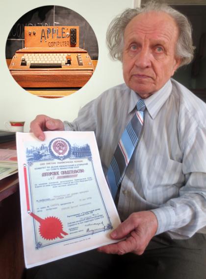 Арсений Горохов держит в руках сертификат