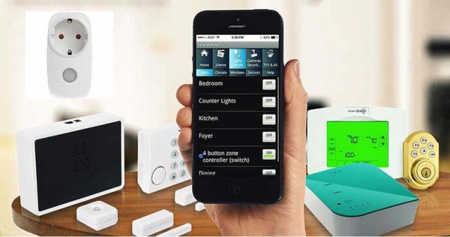 Смартфон в руке и управление различными домашними гаджетами