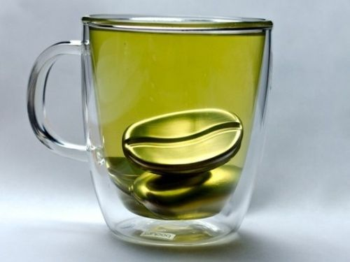 Чашка с чаем и охлаждающим металлическим кофейным зерном
