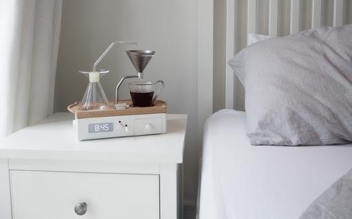 Будильник с кофеваркой на ночном столике