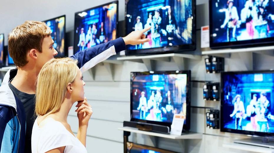 Покупатель выбирает телевизор
