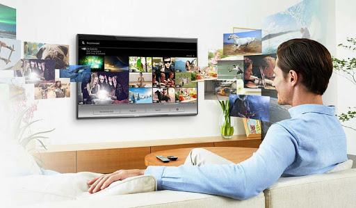 Мужчина на диване перед телевизором