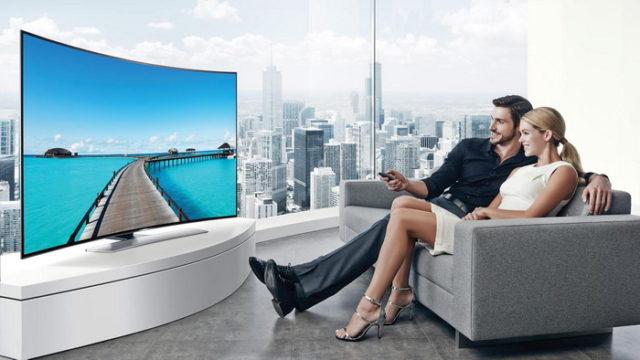 Пара смотрит телевизор