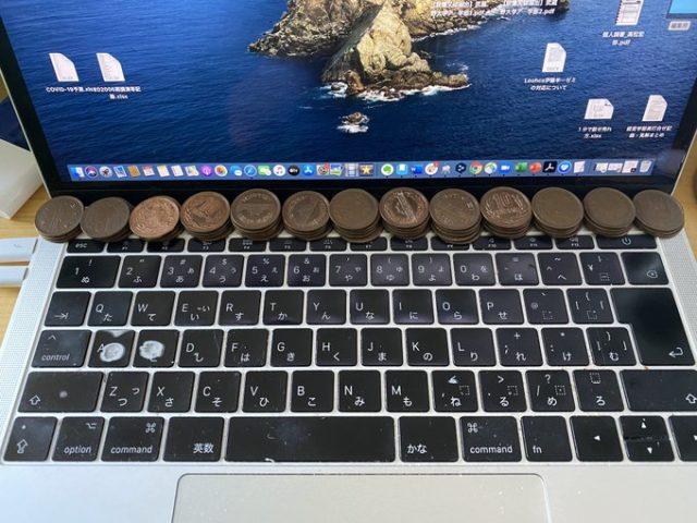 Медные монеты на ноутбуке