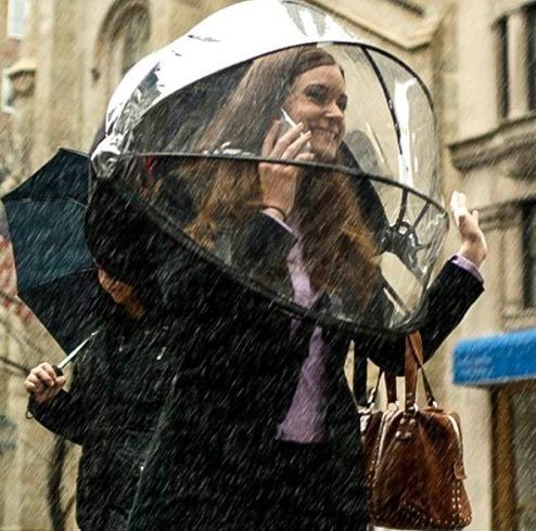 """Девушка с """"умным"""" зонтиком"""