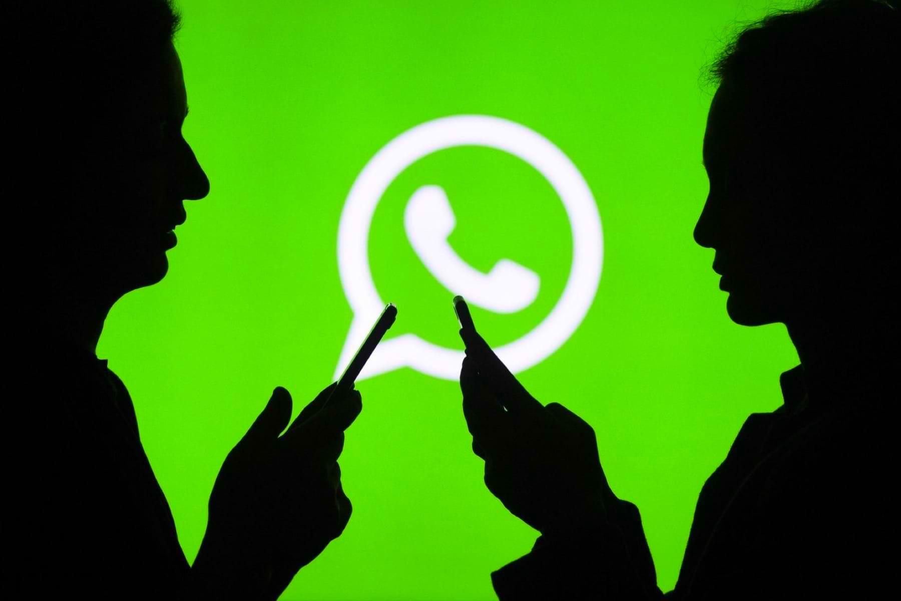 Люди на фоне логотипа WhatsApp