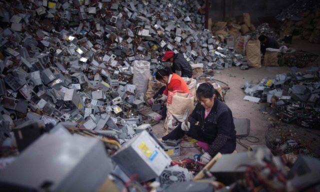 Женщины и груда электронных отходов