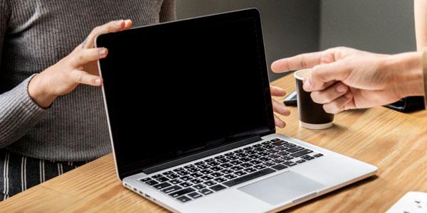 Ноутбук с выключенным экраном