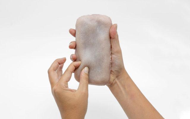 Чехол для смартфона, имитирующий человеческую кожу