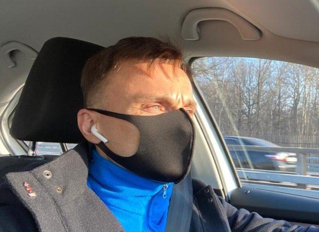 Мужчина в маске в авто
