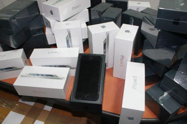 Айфоны в коробках
