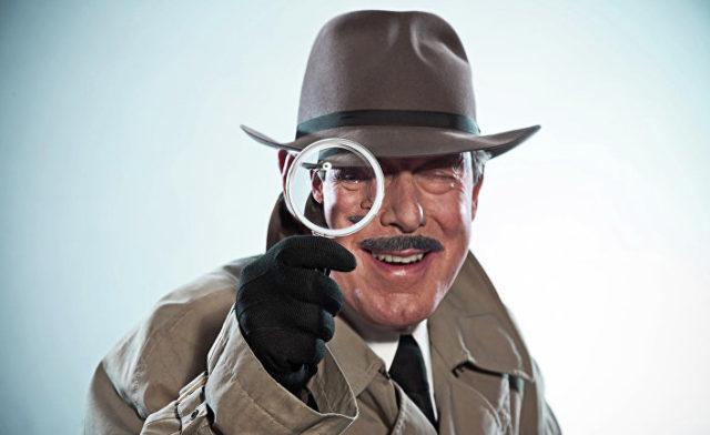 Шпион смотрит в увеличительное стекло