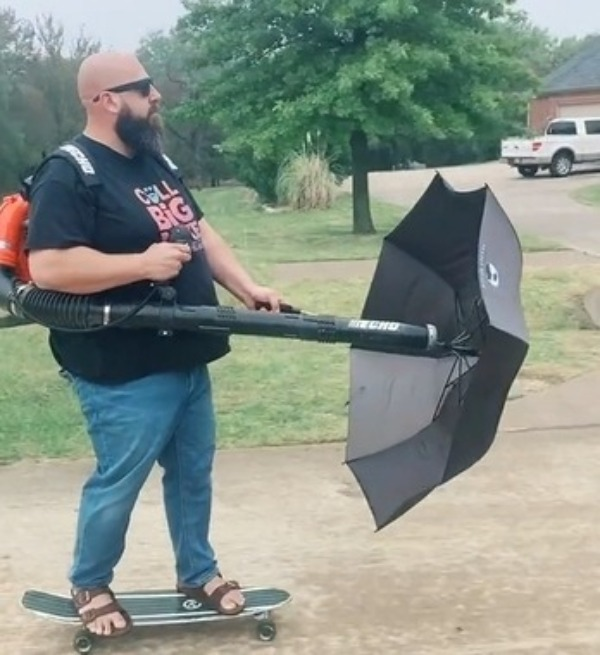 Мужчина на скейте с зонтиком