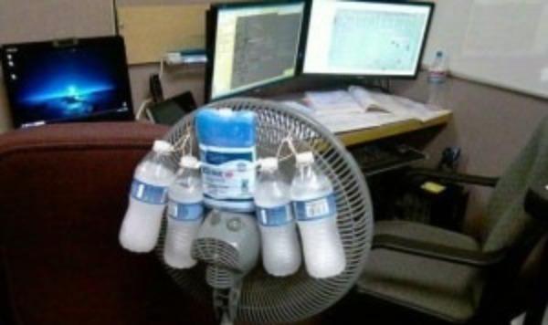 Бутылки со льдом, подвешенные на вентилятор
