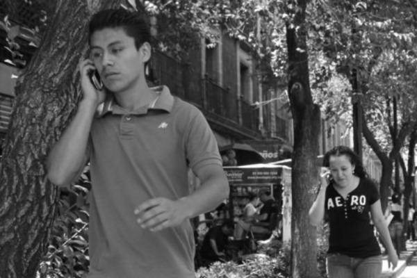Прохожие говорят по телефону