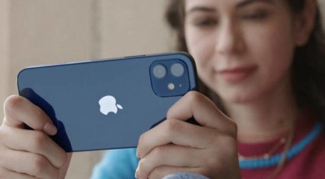 Девушка держит айфон в руках