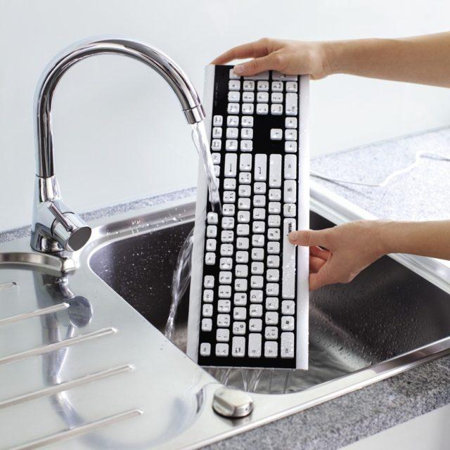 Мытье клавиатуры под струей