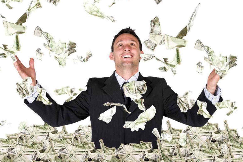 Мужчина подбрасывает вверх деньги