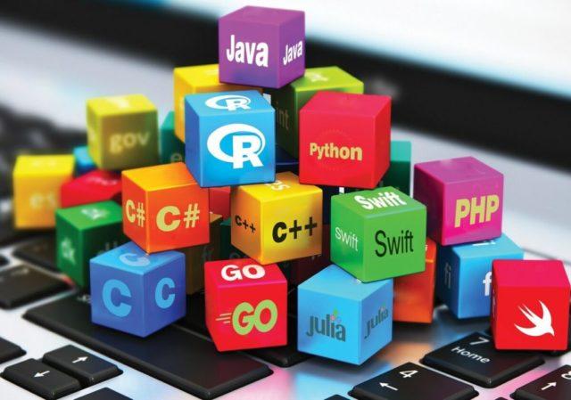 Разноцветные кубики с названиями и ярлыками различных языков программирования
