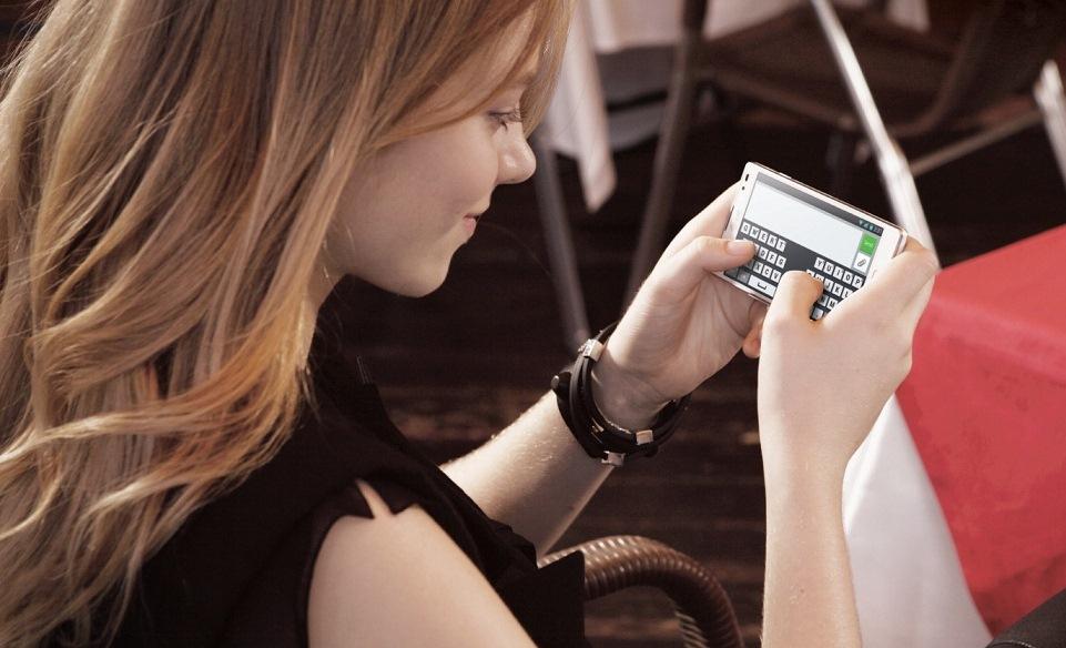 Девушка держит смартфон в руках