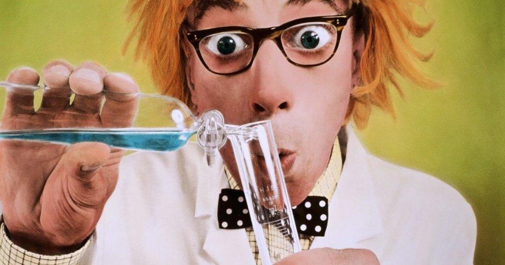 Удивленный человек в очках с пробирками в руках