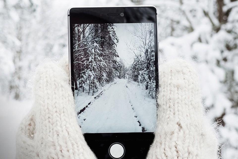 Смартфон на зимнем фоне